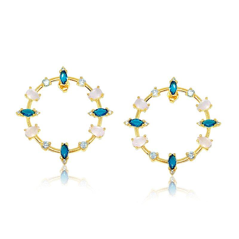 c654c63a80e0b Brinco Argola frontal com círculo e pedras de zircônias e cristais azul e  rosa claro,